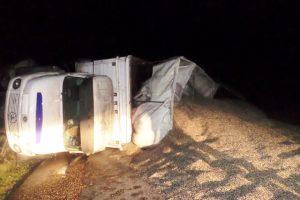 Dos personas resultaron heridas tras volcar un camión