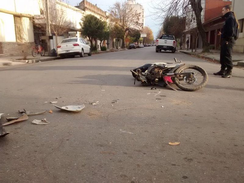 Chocaron una moto y un auto: un herido