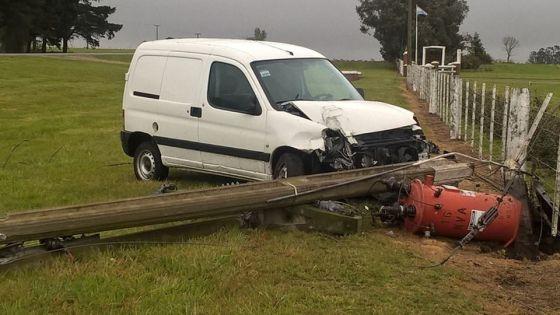 Camioneta se despistó y chocó contra un poste de electricidad