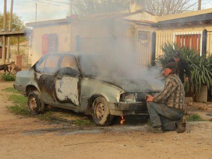 Voraz incendió causó la pérdida total de un auto